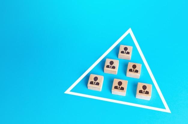 Blöcke von menschen sind in einem dreieck zusammengeschlossen. kombinieren sie die bemühungen, um das ziel zu erreichen