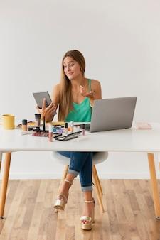 Blogger arbeiten nach den dreharbeiten zu hause