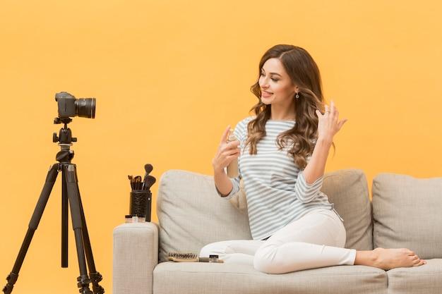 Blogger-aufnahme für persönliches blog auf der couch