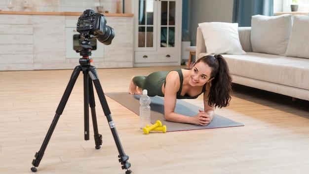 Blogger, der fitnesskurs zu hause aufzeichnet