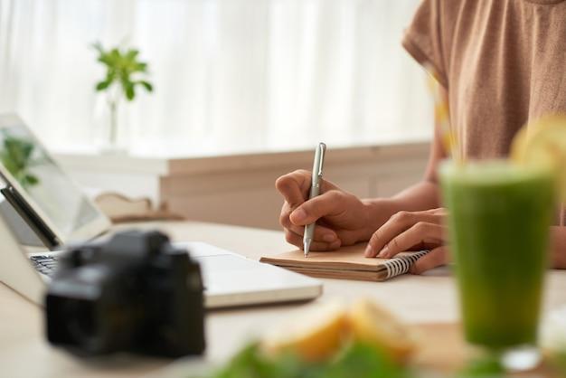 Blogger, der ideen aufschreibt