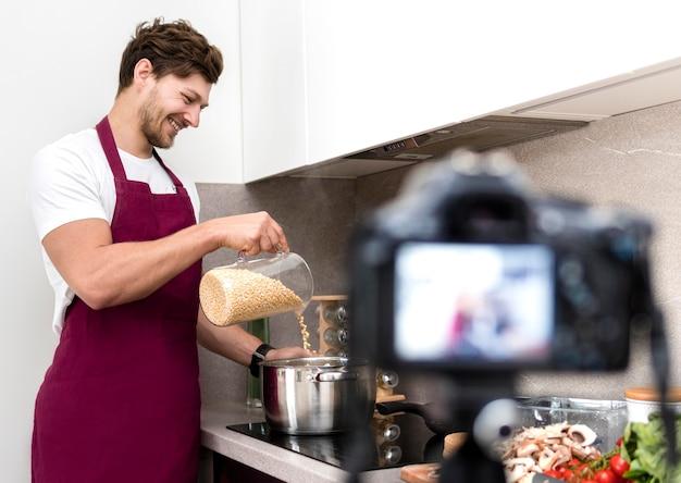 Blogger, der sich beim kochen zu hause aufzeichnet