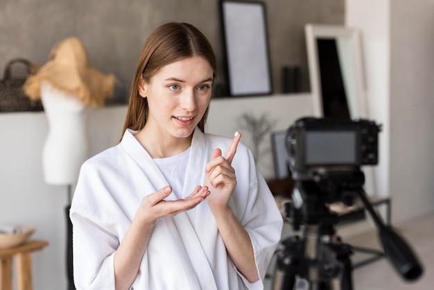 Blogger, der videos von zu hause aus aufzeichnet