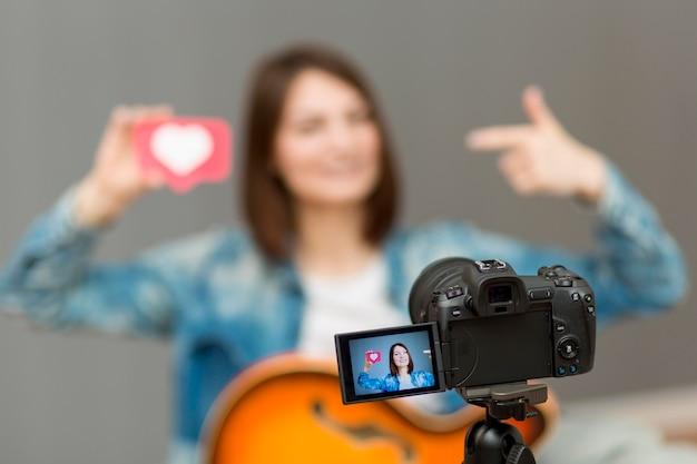 Blogger, der zu hause musikvideos aufzeichnet