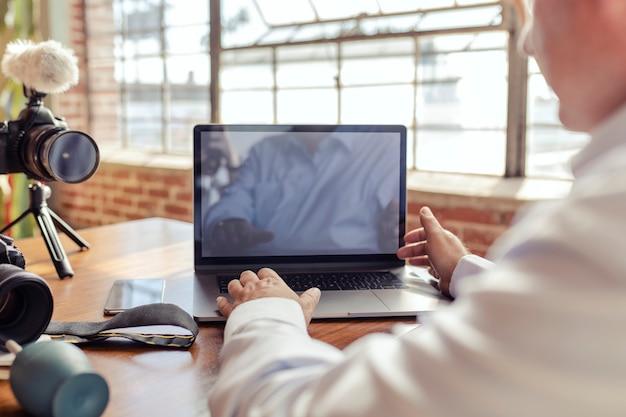 Blogger filmt sich mit einem laptop