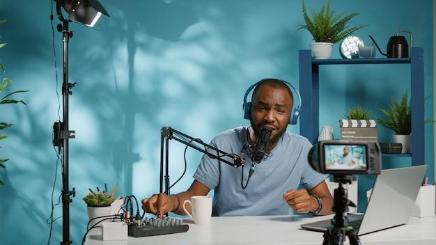 Blogger filmt video mit kamera für podcast-kanal
