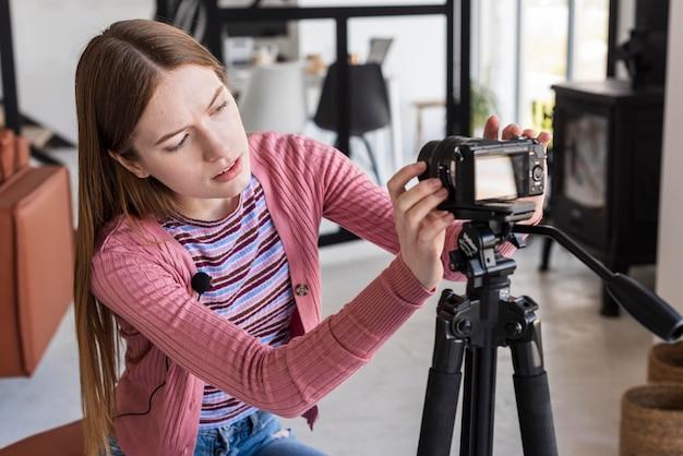 Blogger passt die kamera an das stativ an
