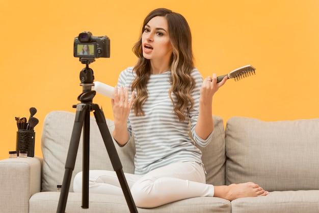 Blogger präsentiert haarprodukte vor der kamera