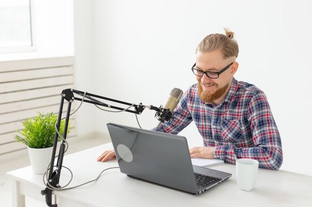 Blogger-, streamer- und rundfunkkonzept - junger dj, der im radio arbeitet.