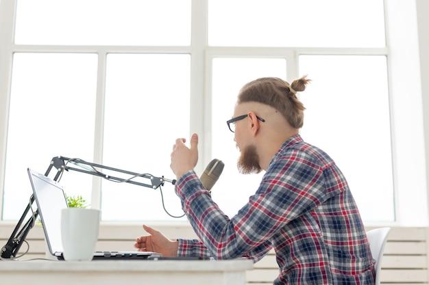 Blogger-, streamer- und rundfunkkonzept - junger mann, der im radio arbeitet.