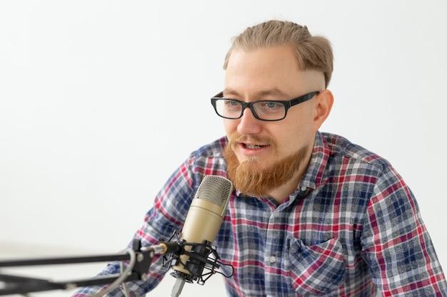 Blogger-, streamer- und rundfunkkonzept - nahaufnahme eines jungen dj, der im radio arbeitet.