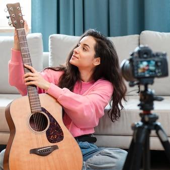 Blogger zeigt ihre spanische gitarre vor der kamera