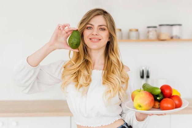 Bloggerin mit avocado