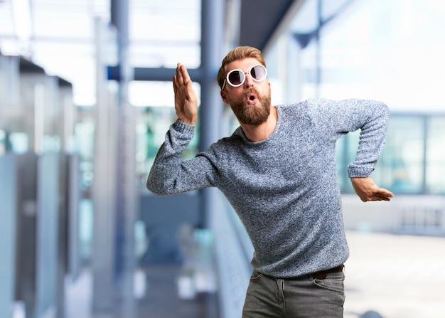 Blond hipster mann. glücklichen ausdruck