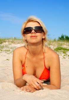 Blond im orangefarbenen bikini
