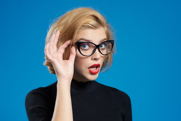Blond mit kurzen haaren rote lippen brille schwarze jacke blau