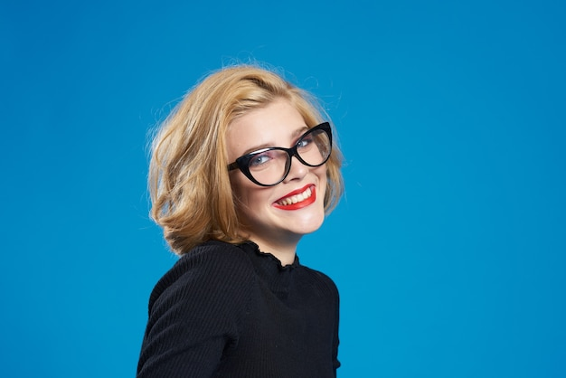 Blond mit kurzen haaren und brille