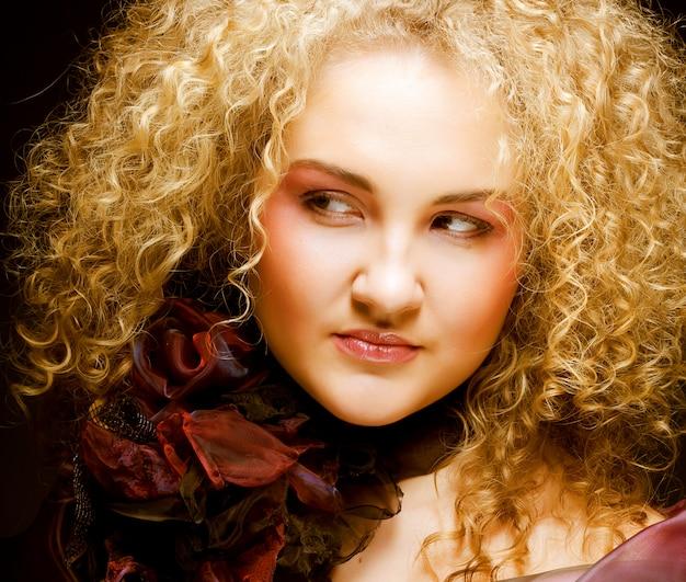 Blond mit lockigen haaren