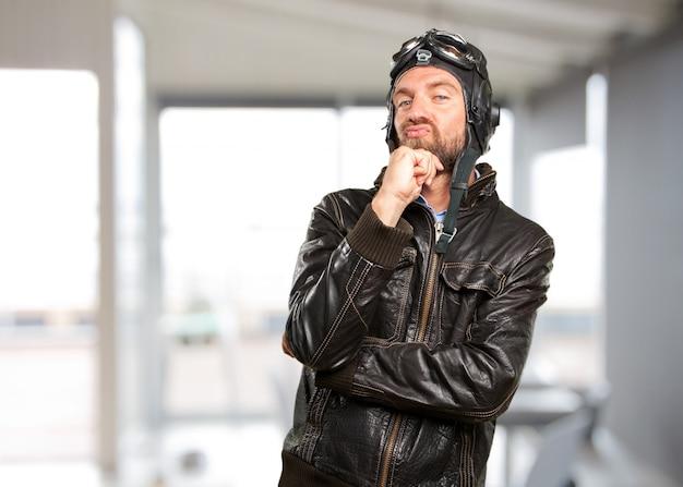 Blond pilot wütenden ausdruck