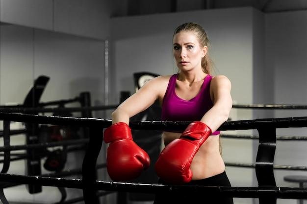 Blonde athletische frau, die eine pause vom training macht