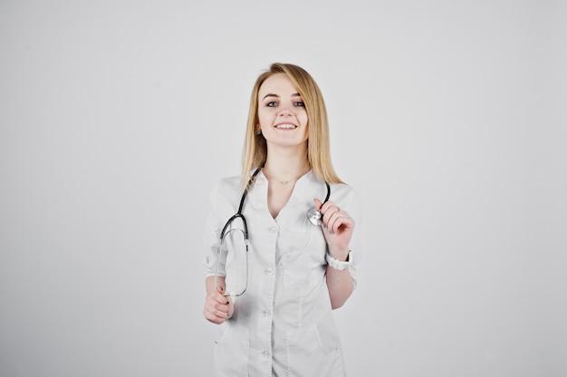 Blonde doktorkrankenschwester mit dem stethoskop lokalisiert auf weißem hintergrund.