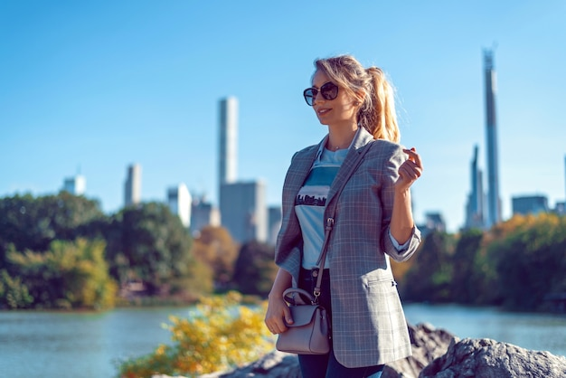 Blonde frau am central park in new york