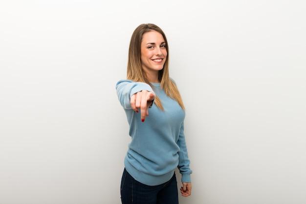Blonde frau auf lokalisiertem weißem hintergrund zeigt finger auf sie mit einem überzeugten ausdruck