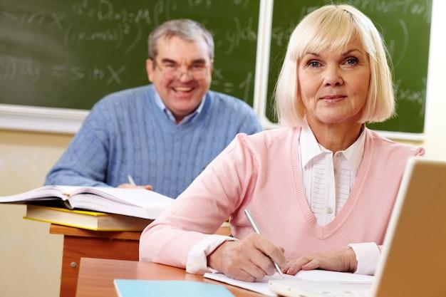 Blonde frau, aufmerksamkeit in der klasse