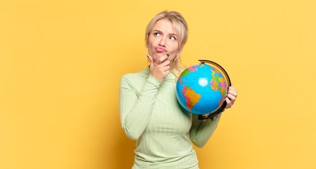 Blonde frau denkt nach, fühlt sich zweifelnd und verwirrt, mit verschiedenen optionen und fragt sich, welche entscheidung sie treffen soll