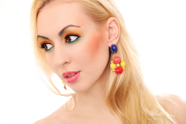 Blonde frau, die ihren netten farbigen blick zeigt