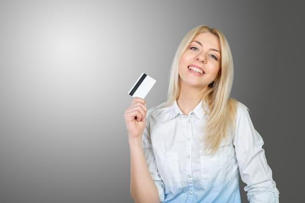 Blonde frau, die kreditkarte hält