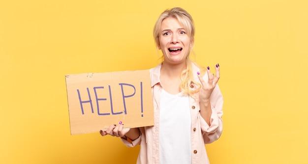 Blonde frau, die verzweifelt und frustriert, gestresst, unglücklich und genervt aussieht, schreit und schreit