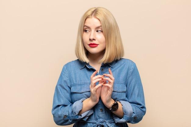 Blonde frau entwirft und verschwört sich, denkt an hinterhältige tricks und betrüger, ist gerissen und verrät