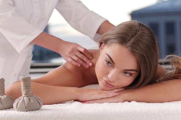 Blonde frau erhält eine massage