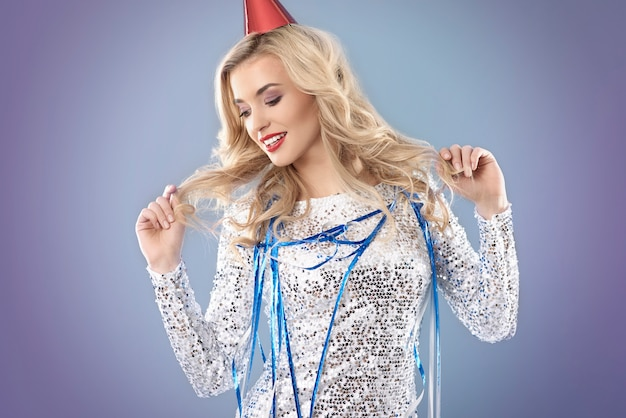 Blonde frau feiert