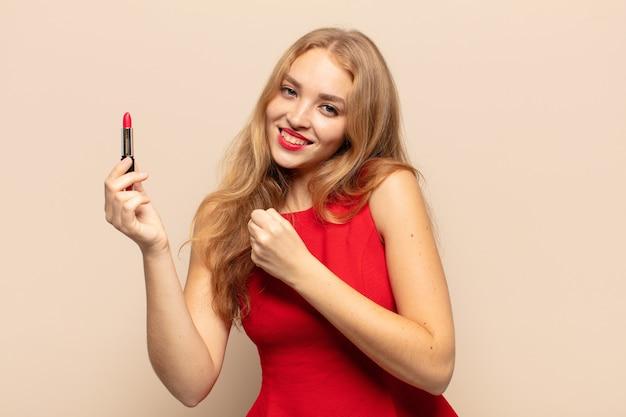 Blonde frau fühlt sich glücklich, positiv und erfolgreich, motiviert, wenn sie sich einer herausforderung stellt oder gute ergebnisse feiert