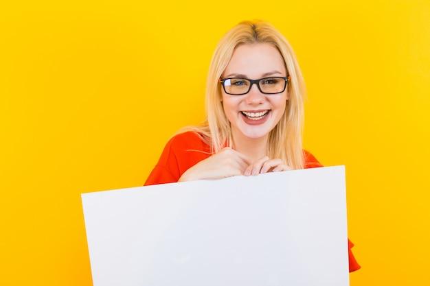 Blonde frau im kleid mit leerem papier