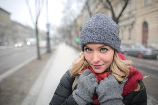 Blonde frau im winter