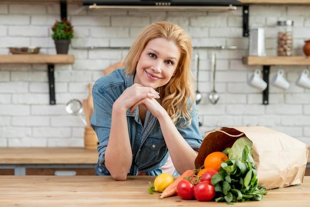 Blonde frau in der küche