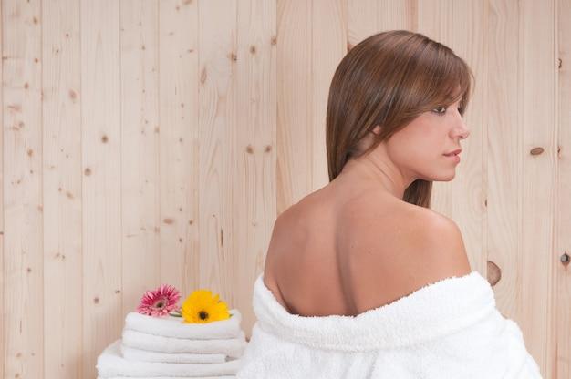 Blonde frau in einer sauna oder einem spa nach der hautbehandlung