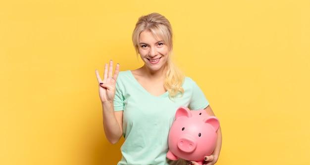 Blonde frau lächelt und sieht freundlich aus, zeigt nummer vier oder vierten mit der hand nach vorne, countdown