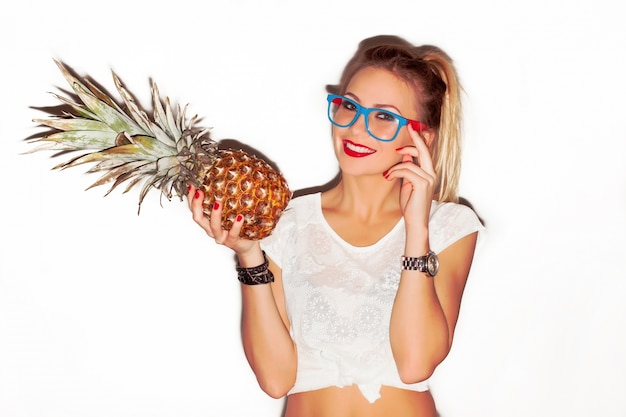Blonde frau mit brille und einer ananas