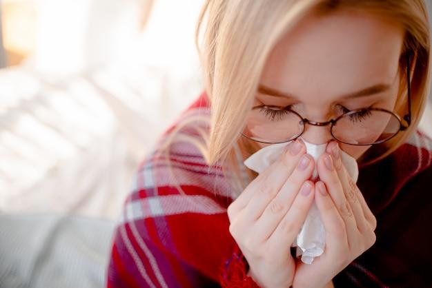 Blonde frau mit coronavirus-symptomen