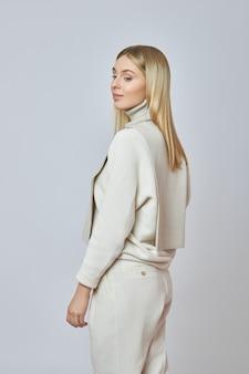 Blonde frau mit einer hemdfront um ihren hals. kleidung für herbstwetter. schönes natürliches make-up