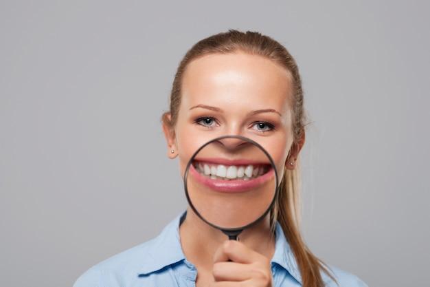 Blonde frau mit großem weißen lächeln