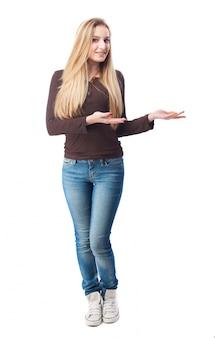 Blonde frau mit offenen händen posieren