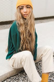 Blonde frau mit skateboard
