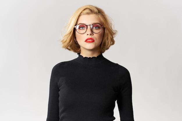 Blonde frau mit stilvollen brillen
