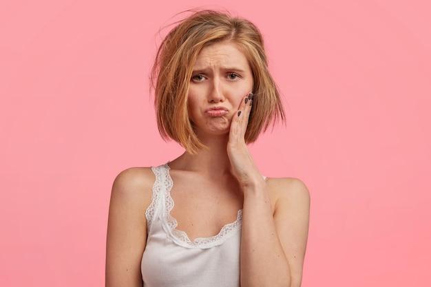 Blonde frau mit unordentlichem haar, das spitze trägt