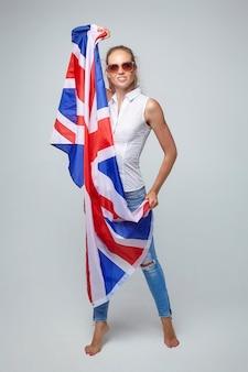 Blonde frau. posieren mit uk flagge